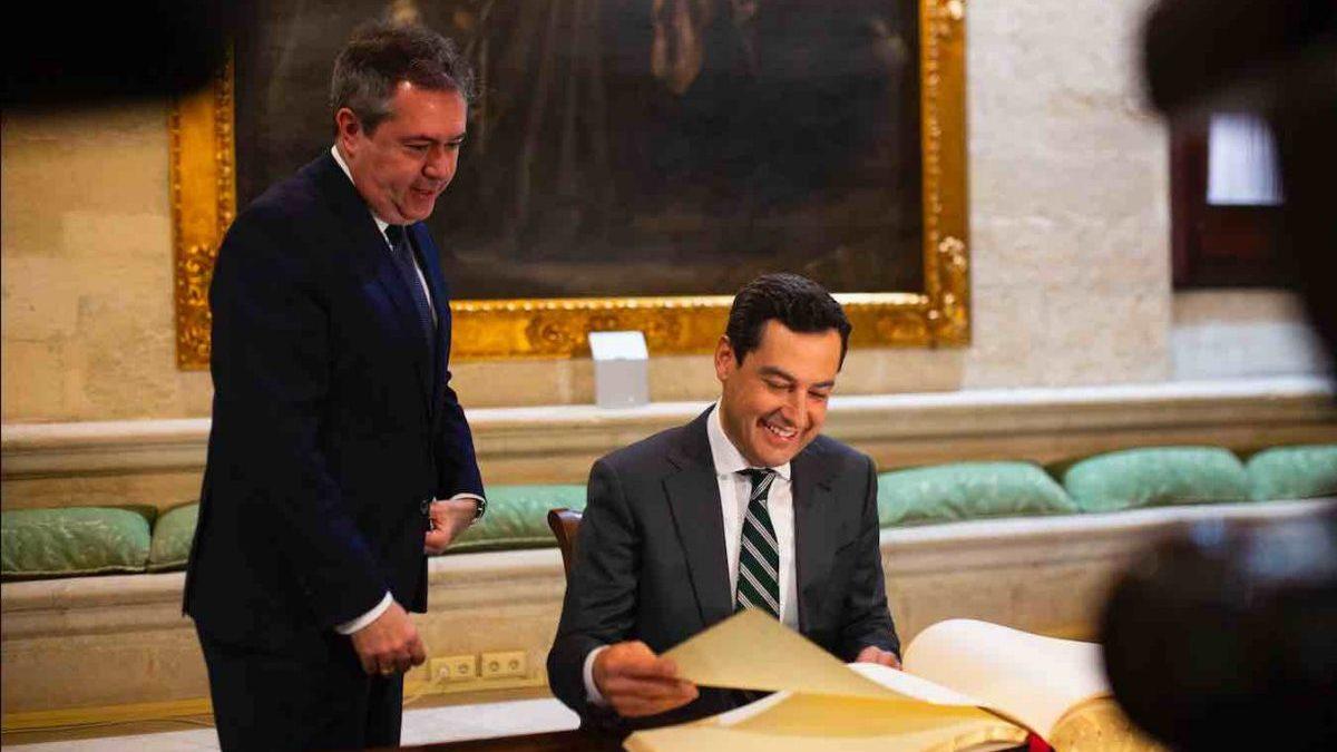 El alcalde socialista Juan Espadas (i) y el líder andaluz Juanma Moreno