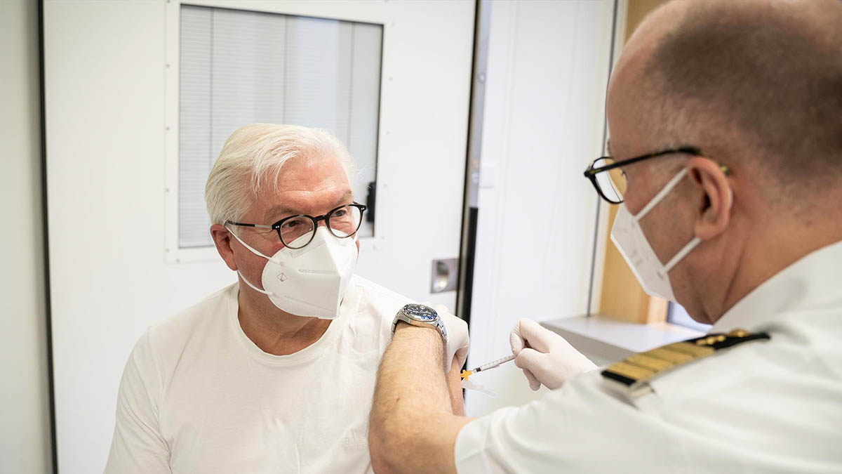 Frank-Walter Steinmeier, presidente de Alemania, recibe la vacuna de AstraZeneca. Foto: EP