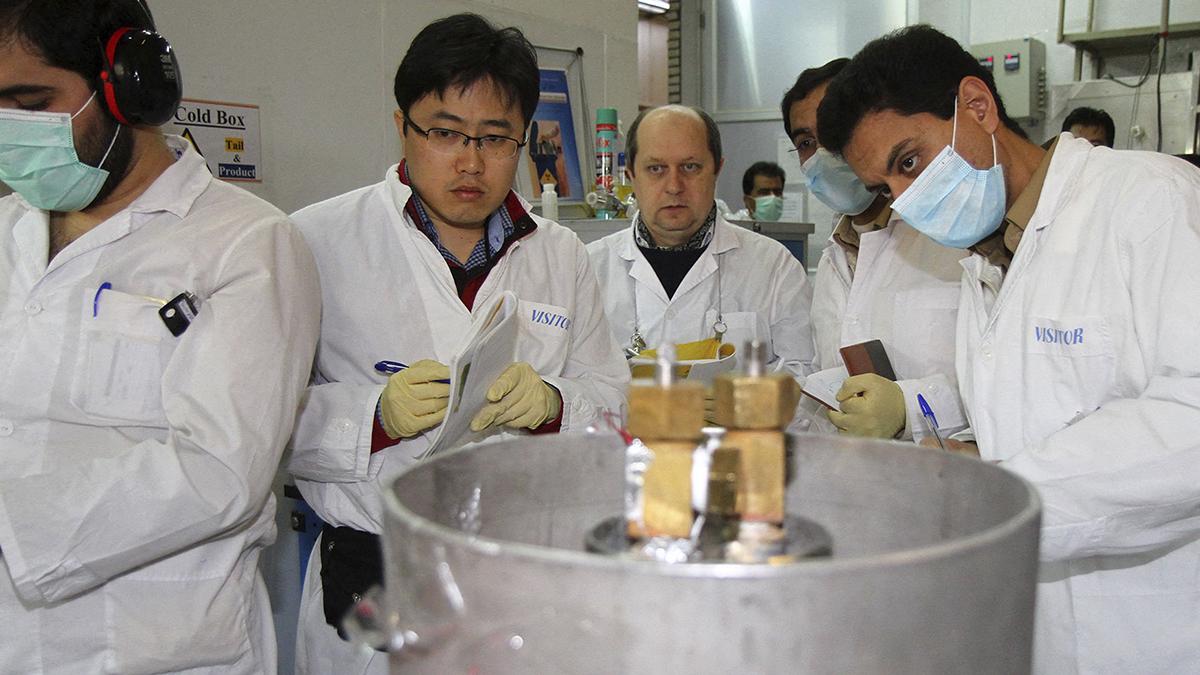 Inspectores de la Agencia Internacional de la Energía Atómica en las instalaciones de la planta de Natanz durante una visita en 2014.