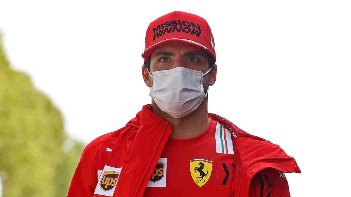 Carlos Sainz, antes de una carrera. (@ScuderiaFerrari)