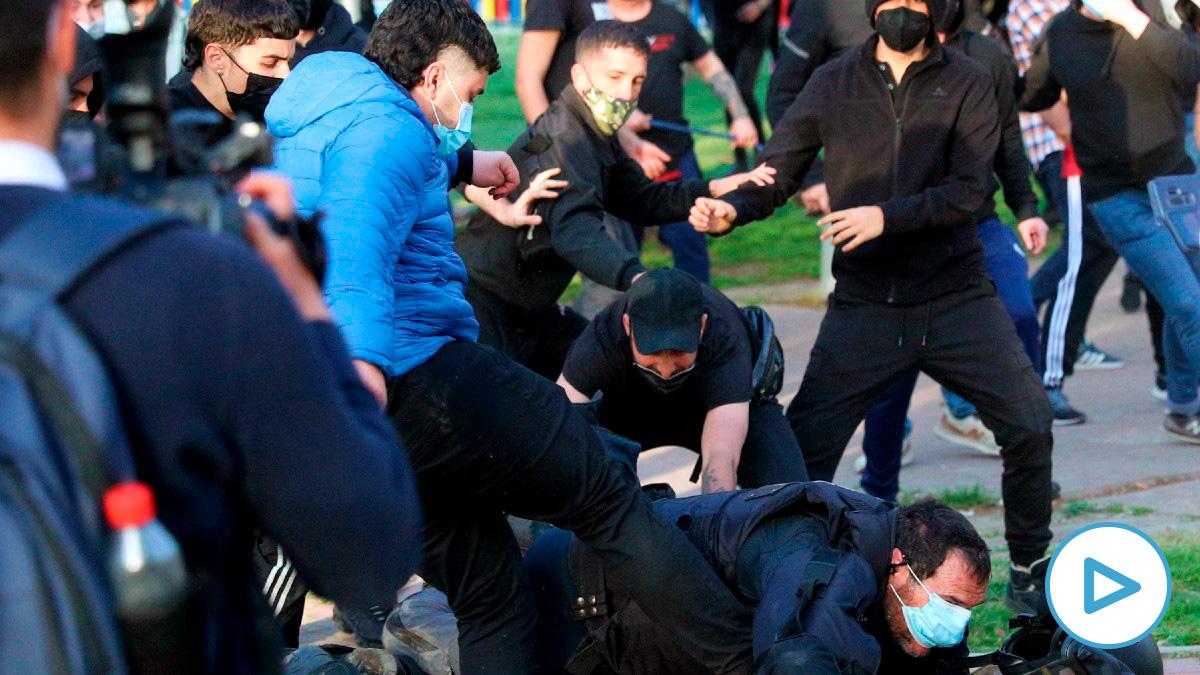 Radicales agrediendo a un Policía Nacional durante el acto de Vox en Vallecas. (Foto: Efe)