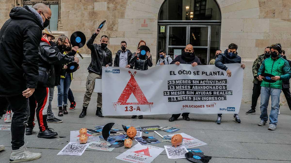 Varios Dj de la Comunidad Valenciana tiran discos como signo de protesta durante una concentración organizada frente al Palau de la Generalitat, a 15 de abril de 2021, en Valencia. Foto: EP