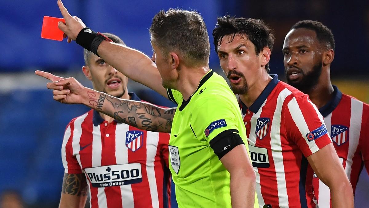 Savic tras ser expulsado contra el Chelsea. (AFP)