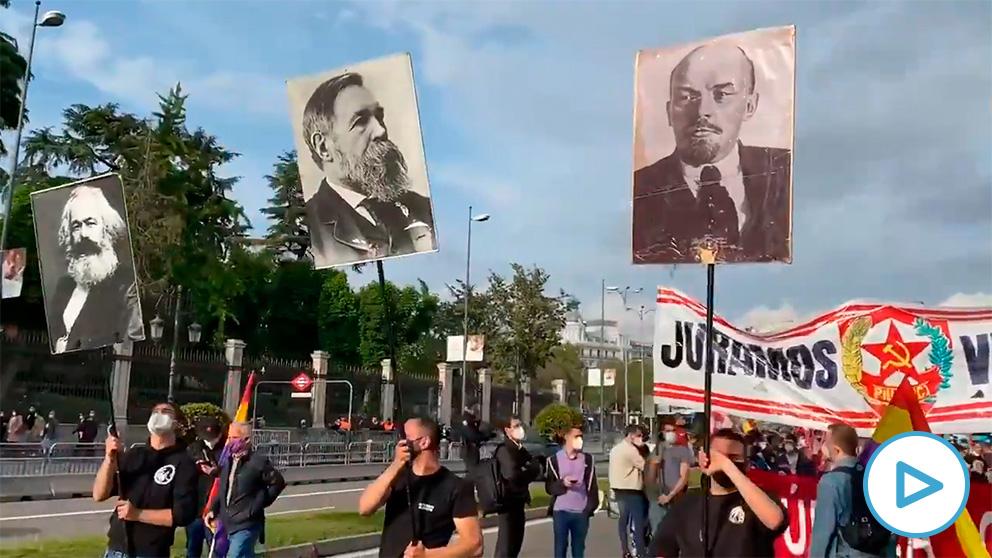 Los comunistas marchan en Madrid con retratos de Lenin y Stalin para conmemorar la II República.