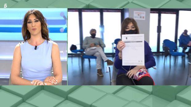 Ana Rosa Quintana luce su certificado de vacunación