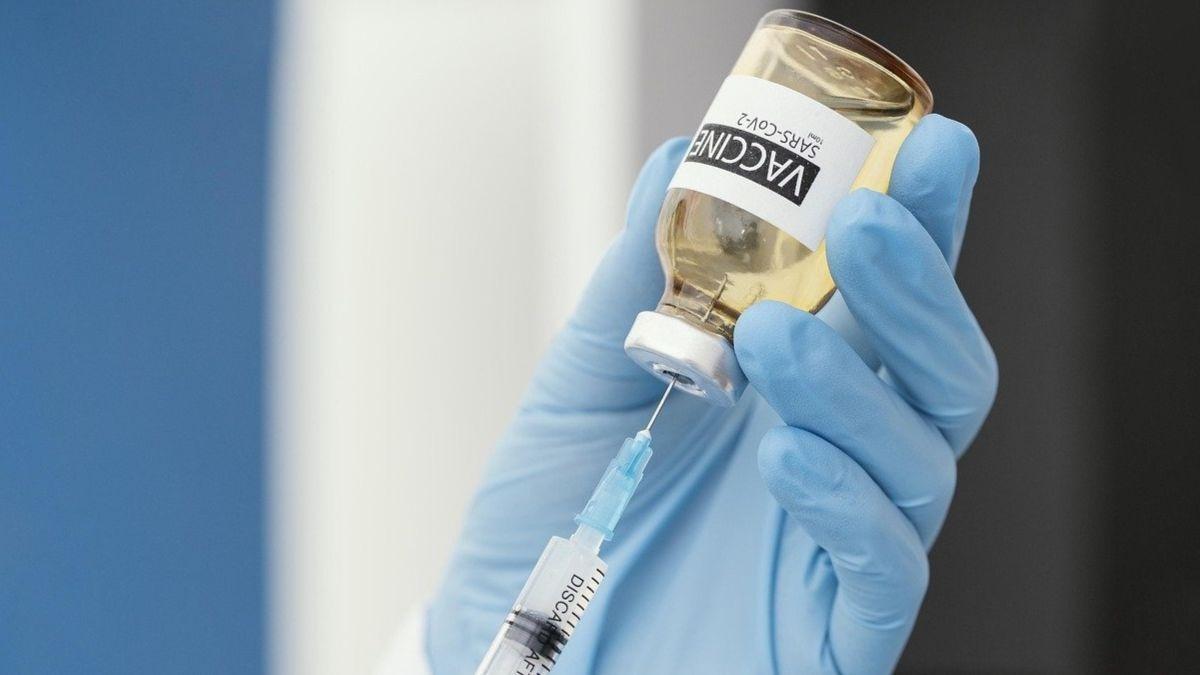 Dos estudios aclaran por qué algunas personas sufren trombos tras recibir la vacuna de AstraZeneca.