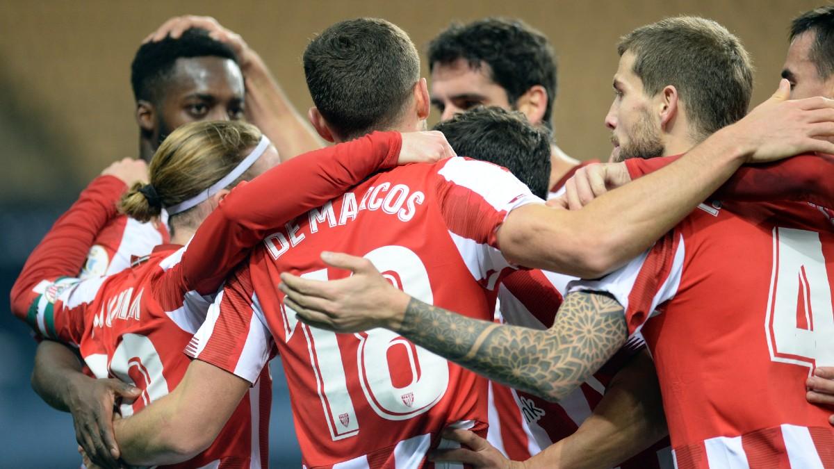 Los jugadores del Athletic Club de Bilbao celebran un tanto. (AFP)
