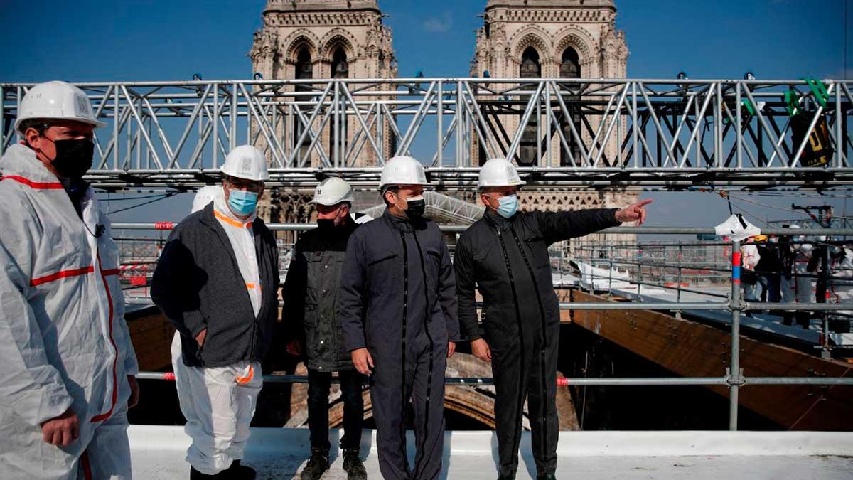 Emmanuel Macron visita las obras de restauración de Notre Dame. Foto: AFP