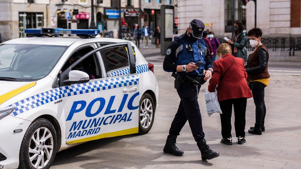 Imagen de archivo de un agente de la Policía Municipal en la Puerta del Sol de Madrid. (Foto: Europa Press)