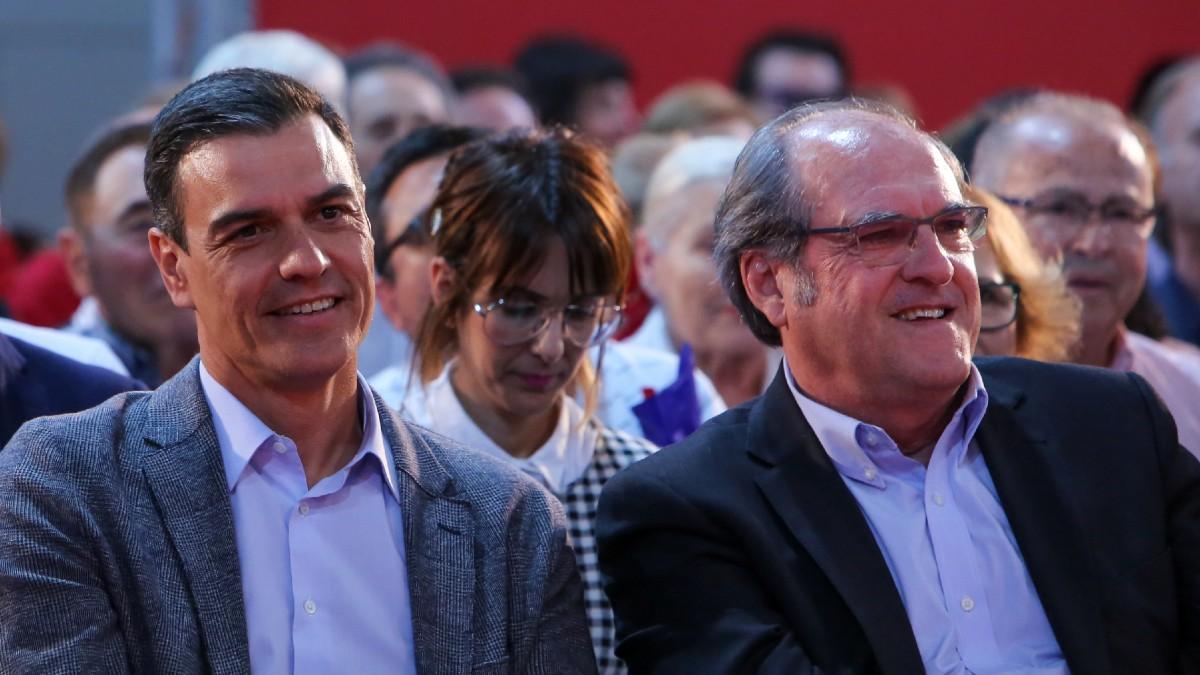 El presidente del Gobierno, Pedro Sánchez, y el candidato del PSOE a las elecciones de Madrid del 4-M, Ángel Gabilondo, durante un mitin socialista