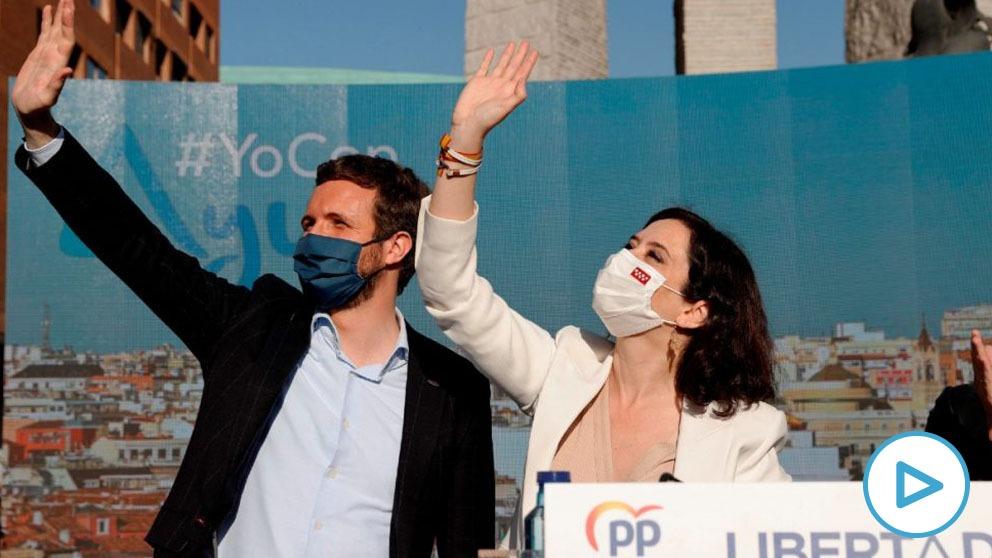Pablo Casado arropando a Isabel Díaz Ayuso en el mitin de arranque de la campaña electoral del 4M.