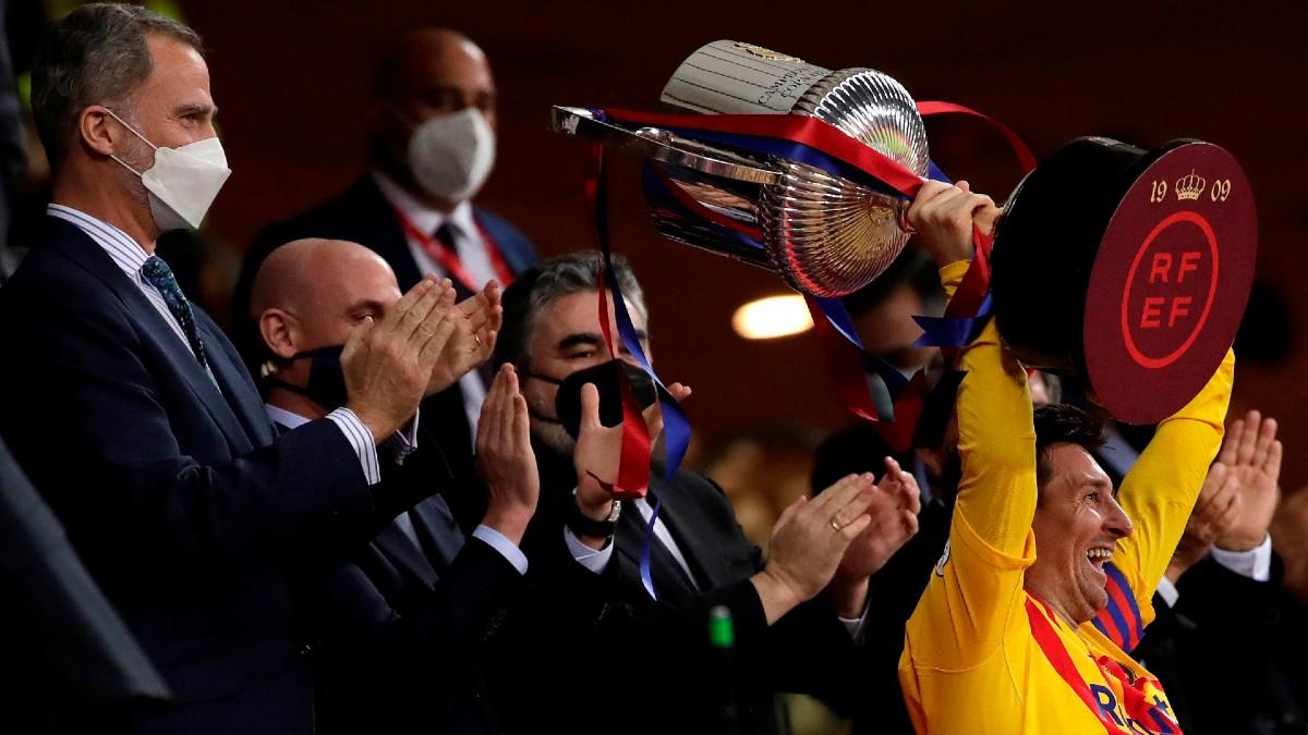 Messi levanta la Copa del Rey en La Cartuja. (EFE)