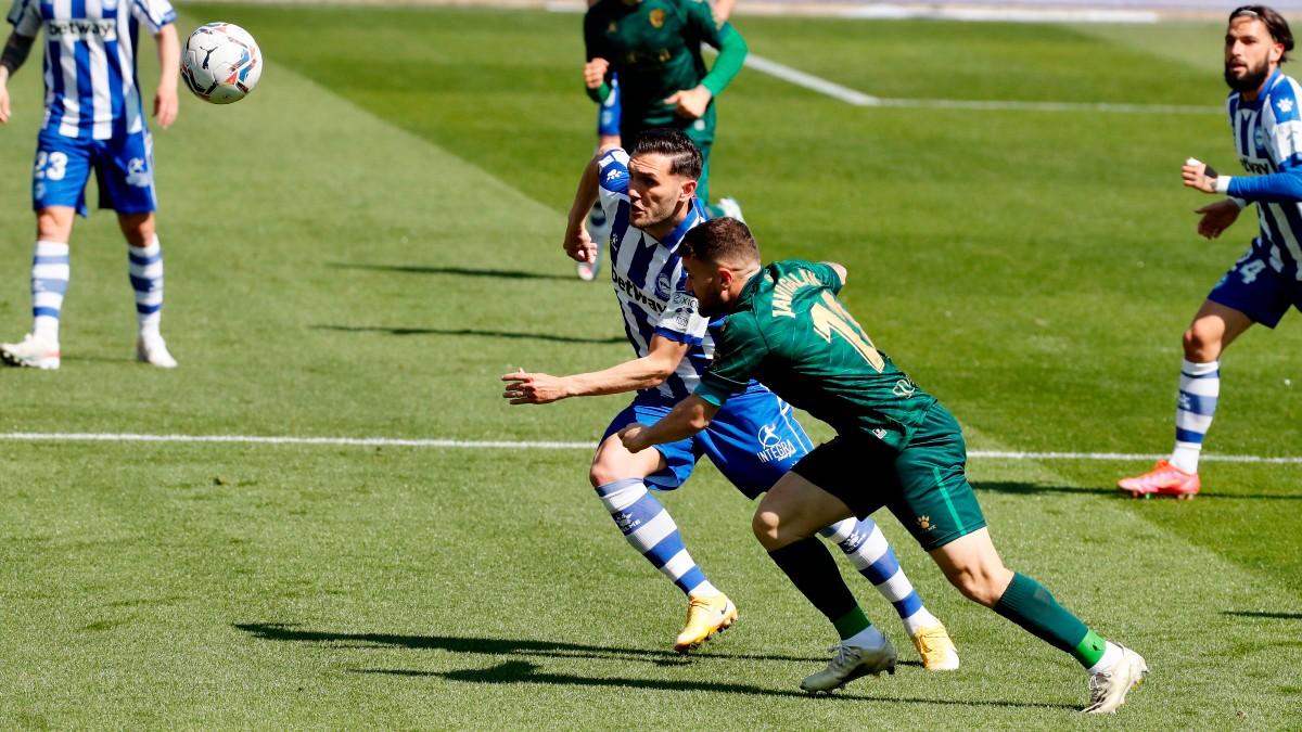 Lucas Pérez pelea por un balón. (EFE)