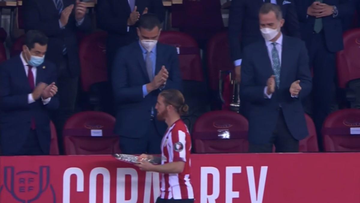 Muniain pasó de saludar a Pedro Sánchez tras recibir el trofeo de subcampeón de Copa.