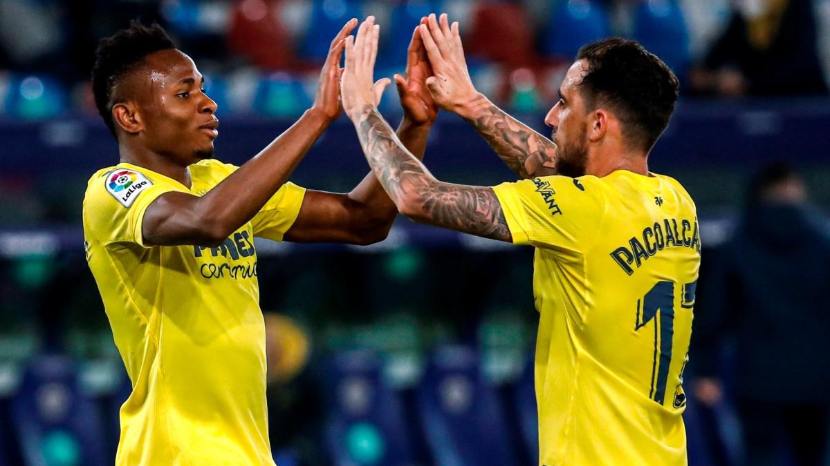 Samu Chukwueze celebra un gol con Alcácer. (EFE)