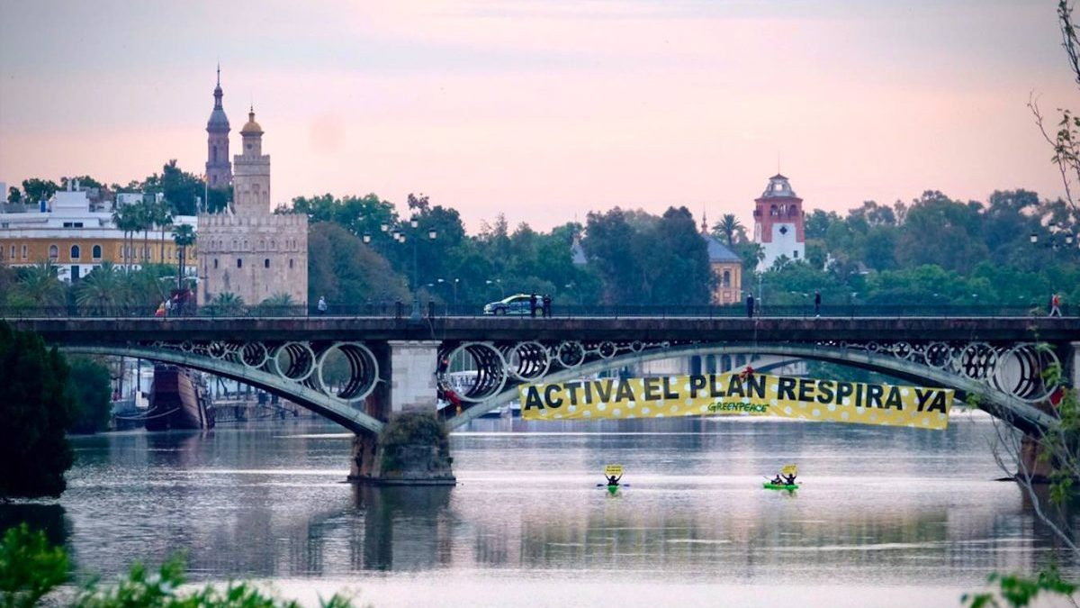 Pancarta de Greenpeace en el puente de Triana.