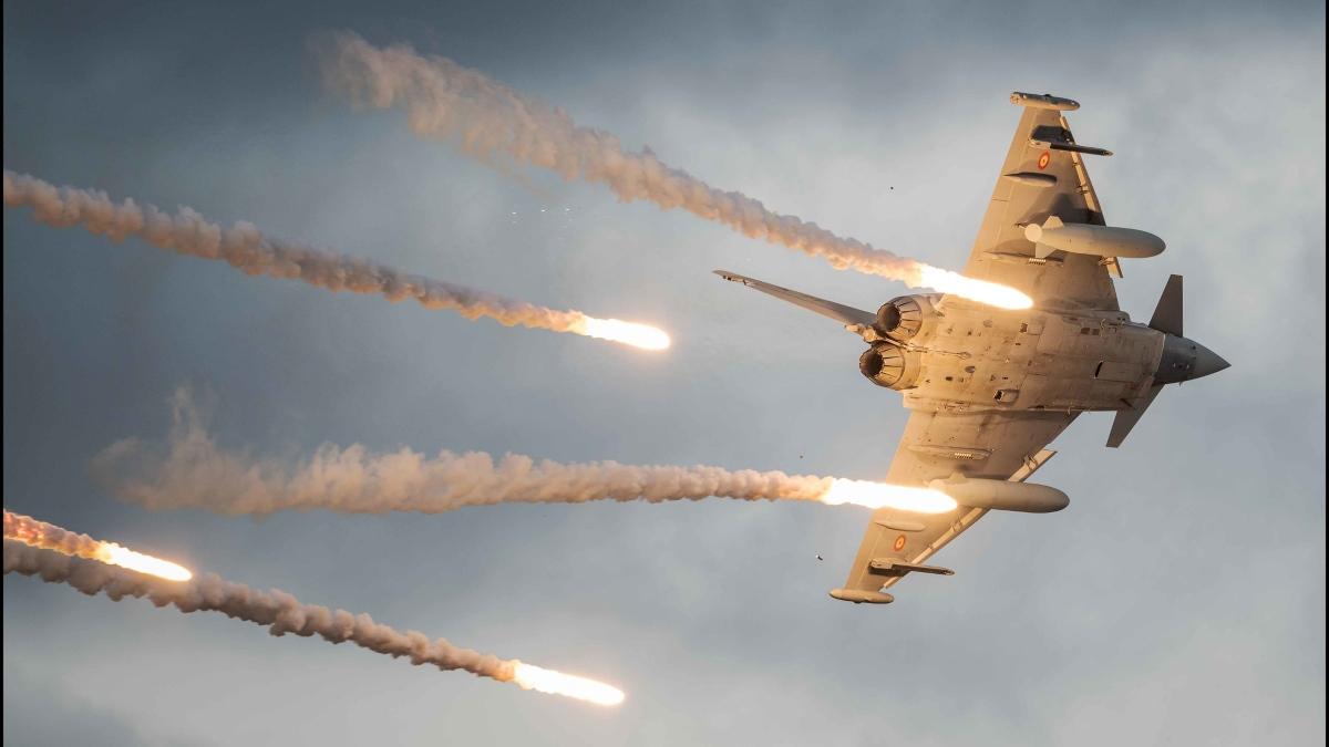 Un caza Eurofighter español lanzando bengalas durante unas maniobras (Foto: Ejército del Aire)