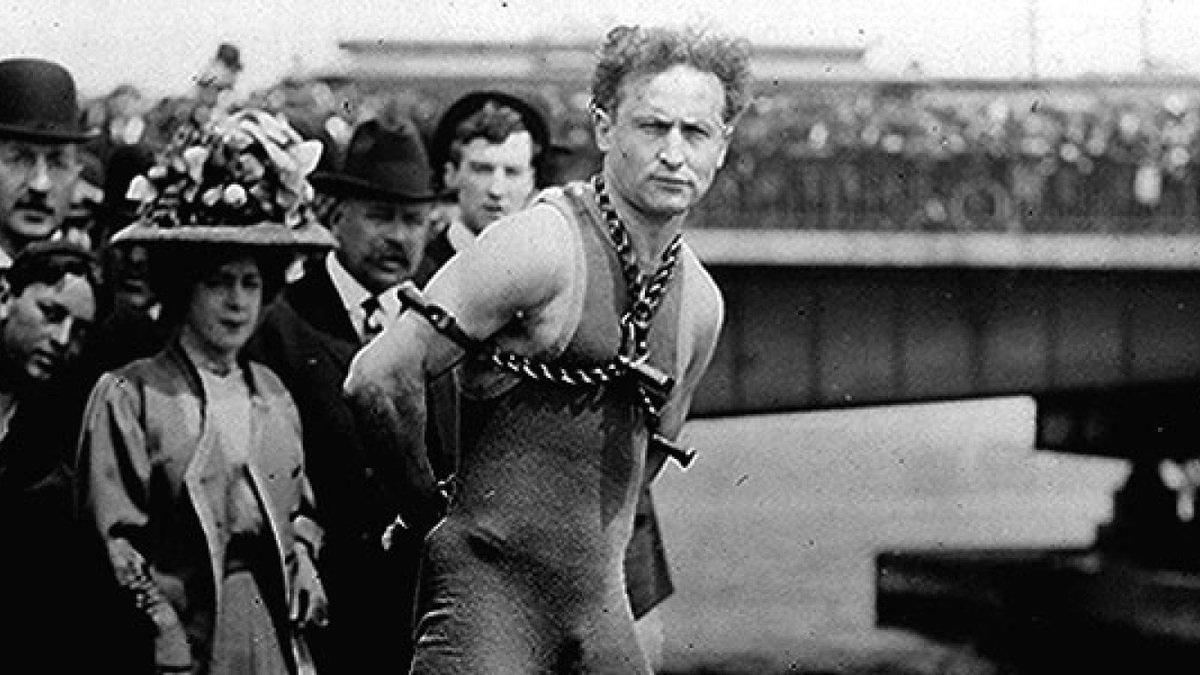 Harry Houdini antes de realizar uno de sus números de escapismo