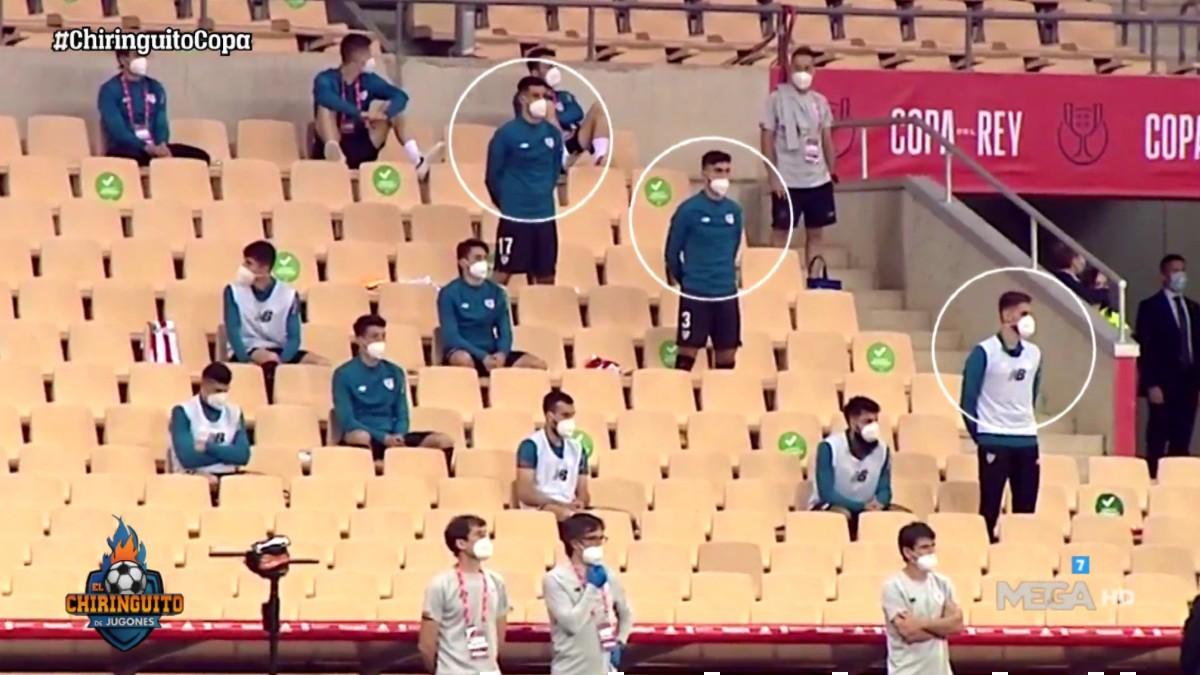 Los jugadores del Athletic, en el momento que sonó el himno de España.