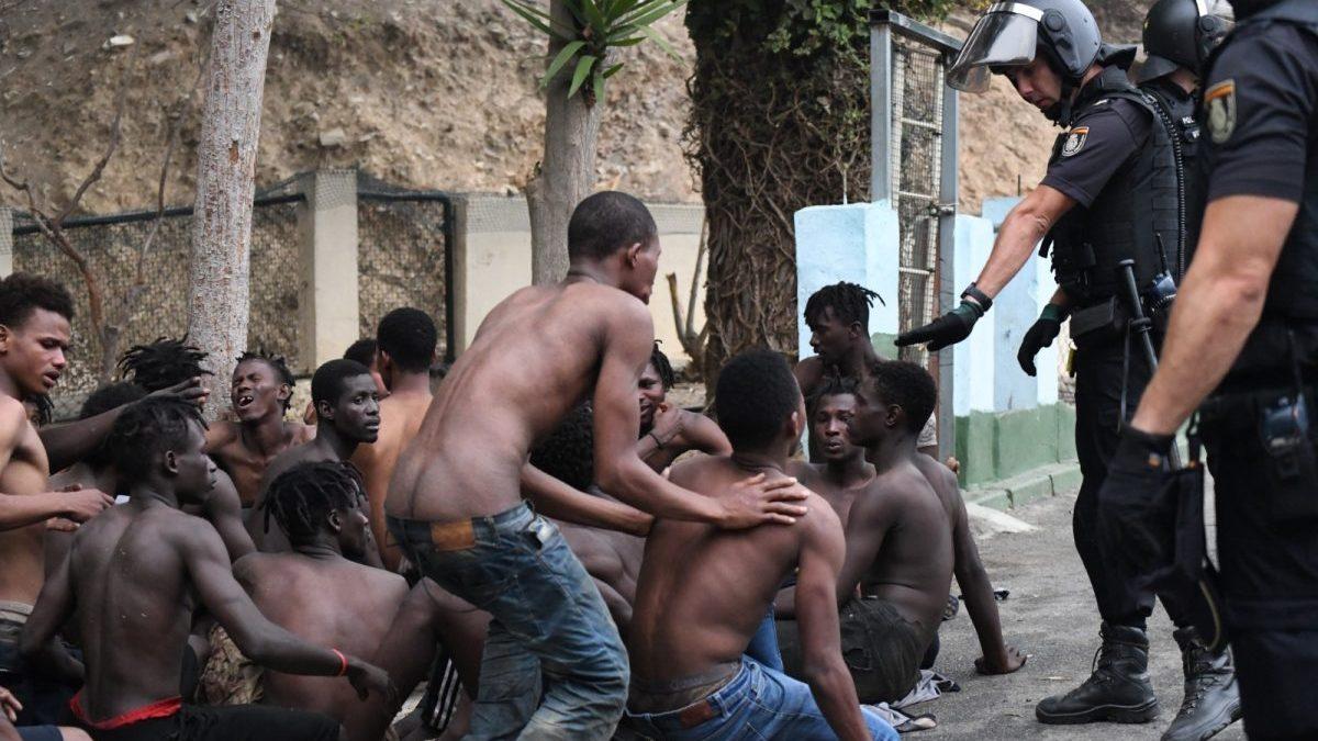 Un total de 153 migrantes logran saltar la valla de Ceuta en agosto de 2019 (Antonio Sempere / Europa Press)