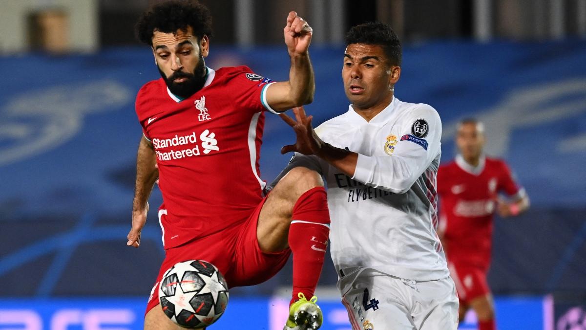 Salah y Casemiro pugna por una pelota en un partido de Champions League. (AFP)
