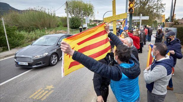 Algunos de los manifestantes independentistas a la llegada de Pedro Sánchez.