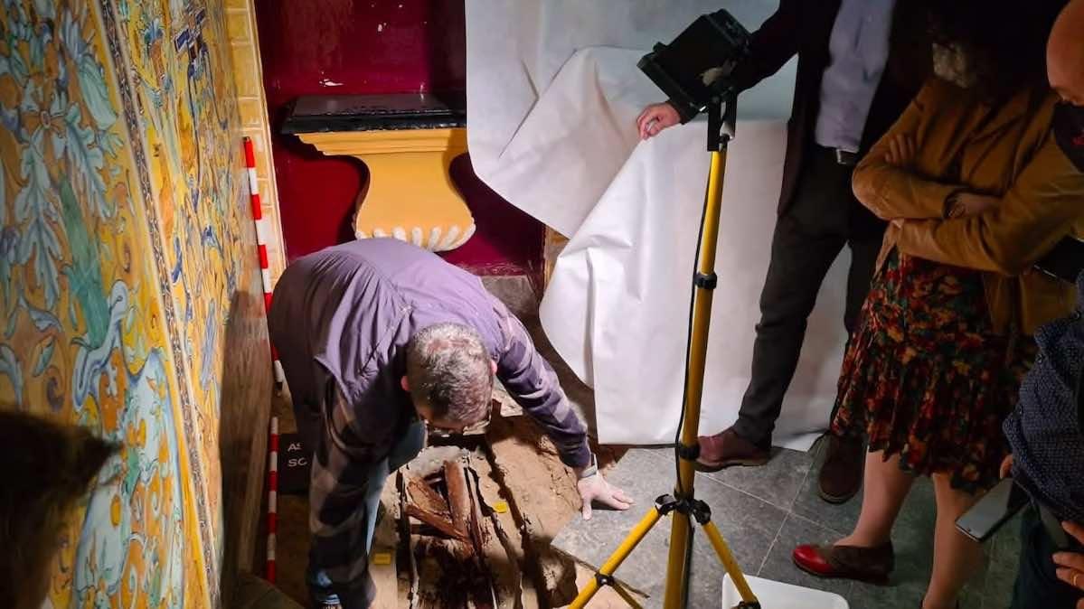 Sacan a la luz un sarcófago con los restos de una niña en el Palacio Gótico del Alcázar (Ayuntamiento de Sevilla).