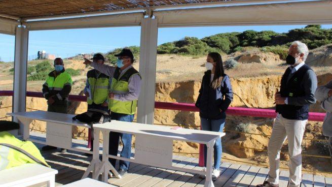 Operación de emergencia en Huelva para evitar que el chapapote llegue a la costa