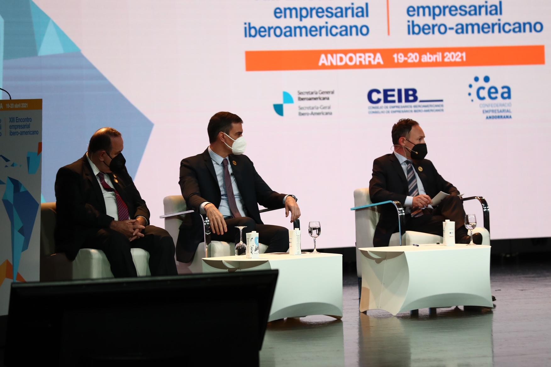 Sánchez, en el medio, durante la cumbre que se celebra en Andorra.