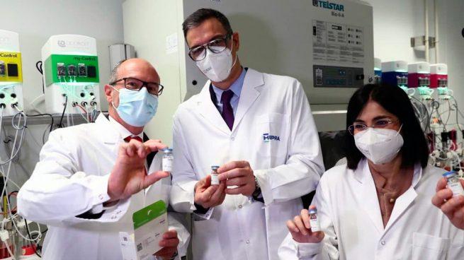 Pedro Sánchez durante su visita a los laboratorios catalanes Hipra.
