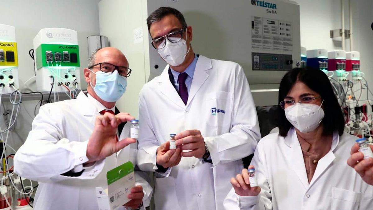 Pedro Sánchez y la ministra Carolina Darias durante su visita a los laboratorios catalanes Hipra.
