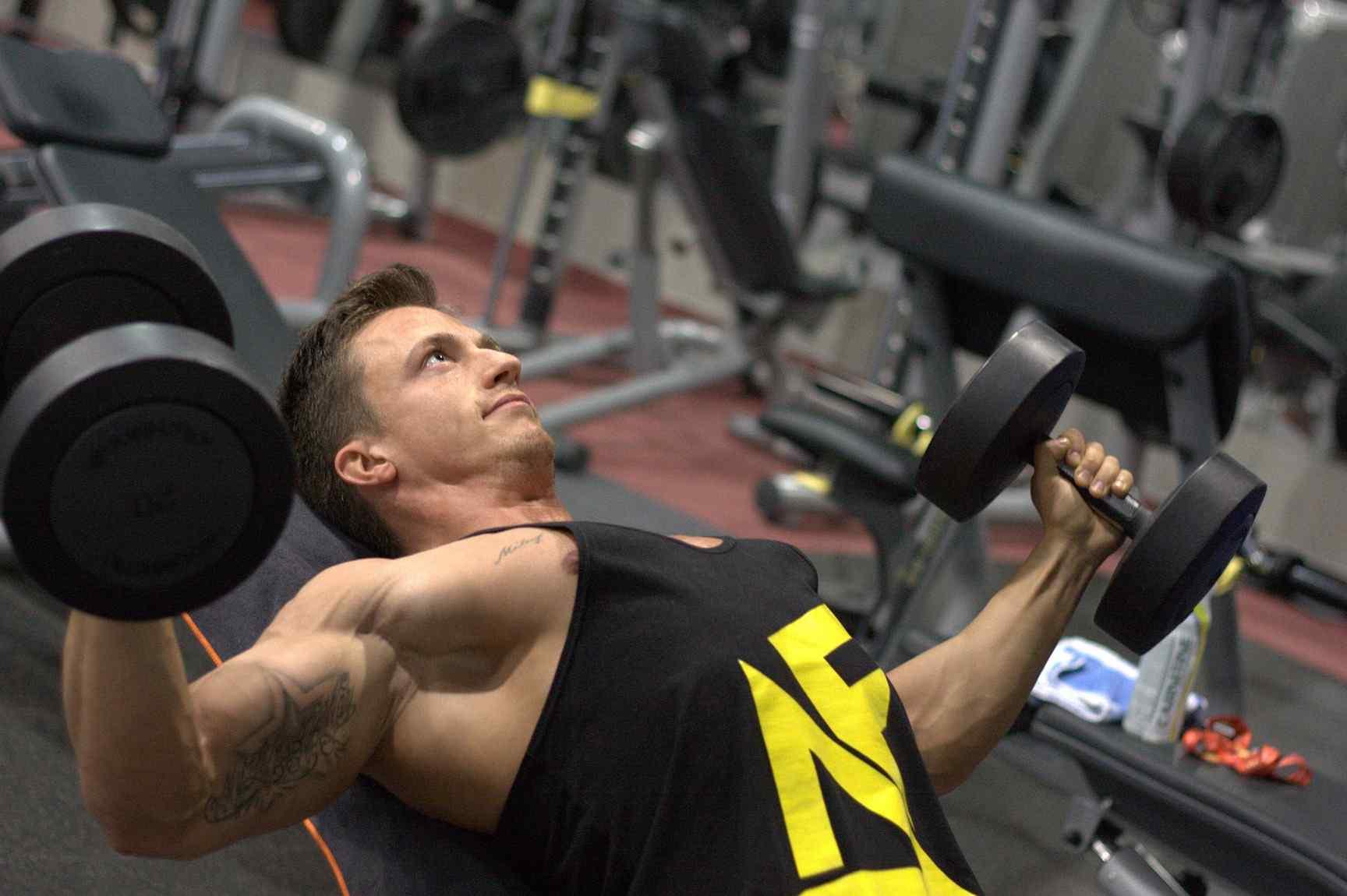 Ejercicio físico: ¿cuáles son las diferencias entre mancuernas y barras para entrenar?