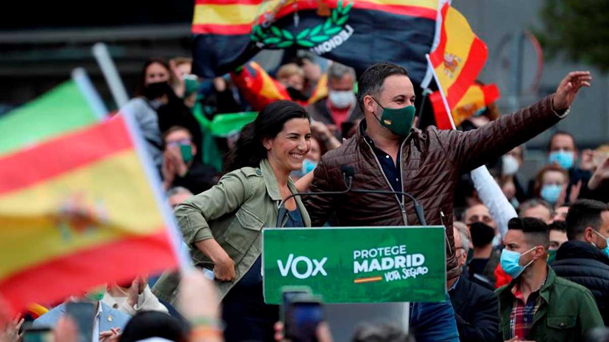 La candidata de Vox a la presidencia de la Comunidad de Madrid, Rocío Monasterio (i), y el presidente del partido, Santiago Abascal (d), durante un acto electoral. Foto: EFE