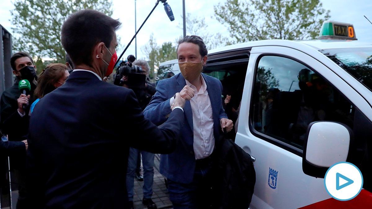 Pablo Iglesias llegando en taxi al debate.
