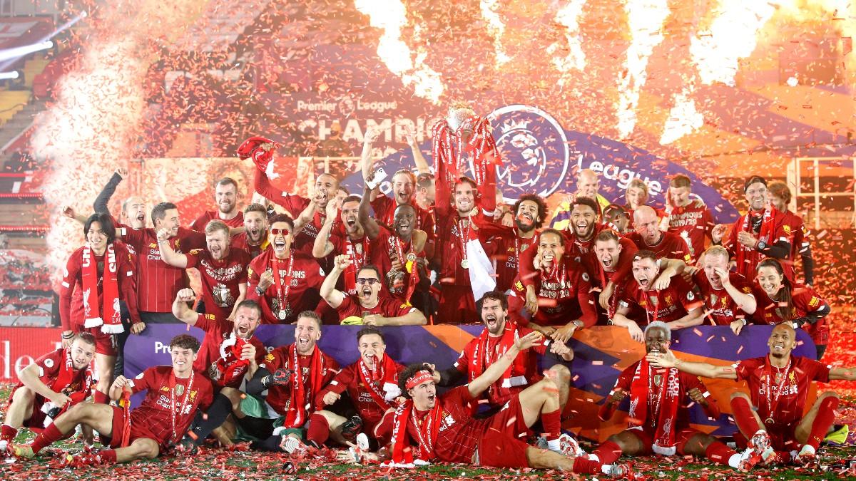 Los jugadores del Liverpool levantan el trofeo de campeones de la Premier League. (Getty)