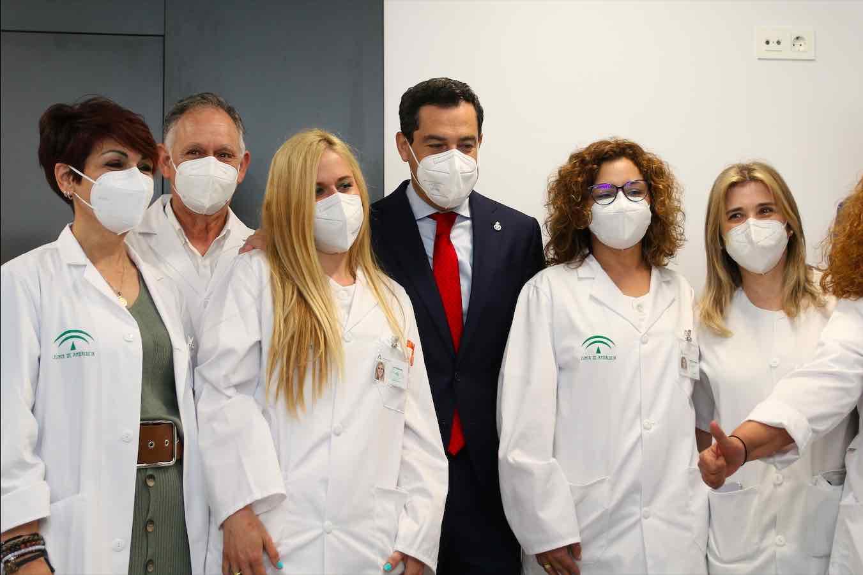El presidente de la Junta, Juanma Moreno, entre profesionales sanitarios (Rafael González / Europa Press).