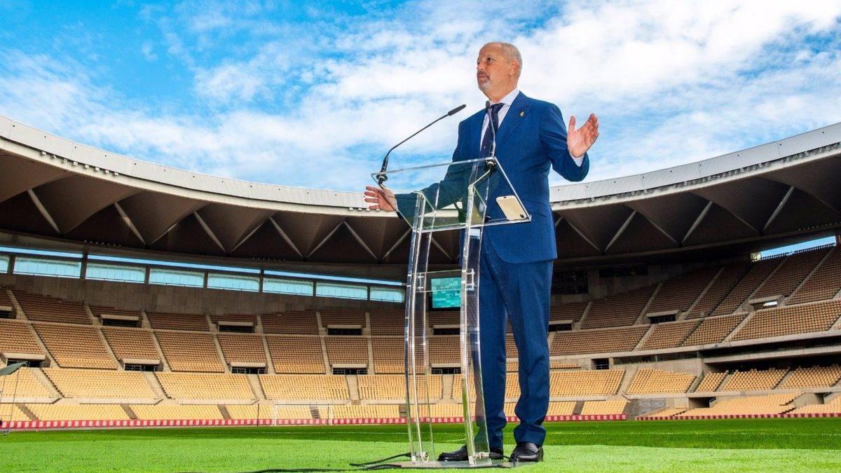 El consejero de Educación y Deportes de la Junta, Juan José Imborda, en el estadio de La Cartuja.