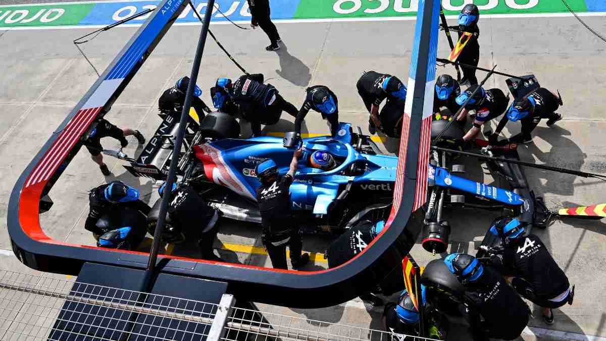 Fernando Alonso en boxes. (AFP)