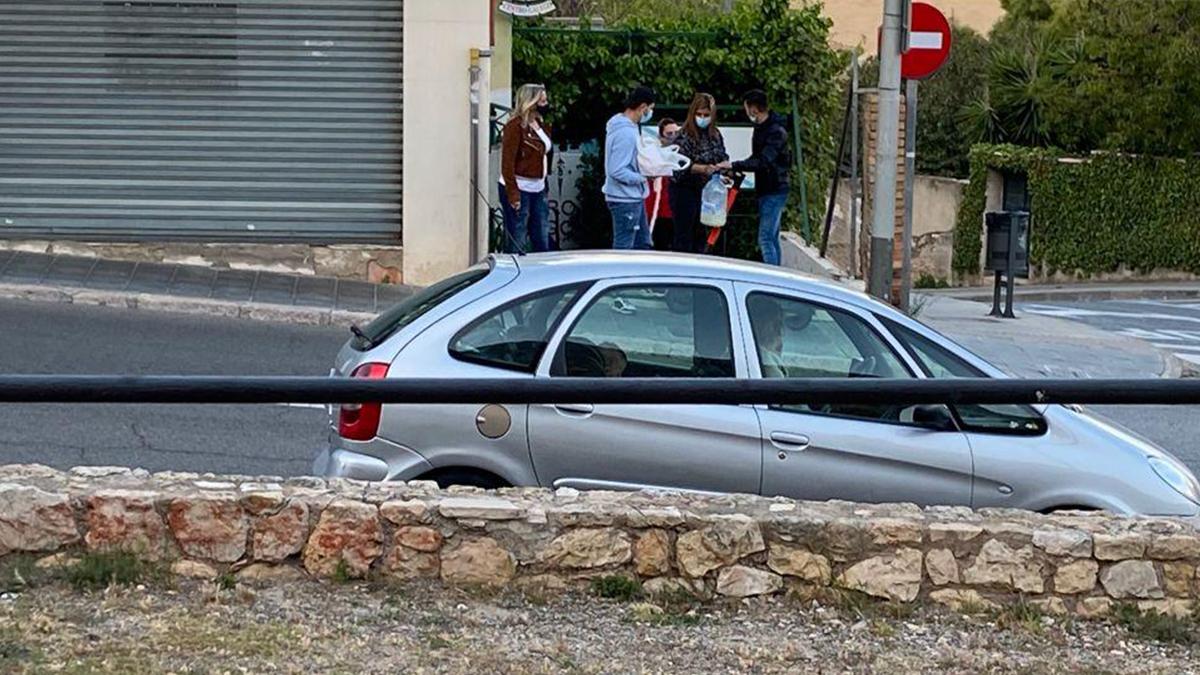 Un grupo de personas espera en la entrada del comedor social de Tarragona abierto por ERC.