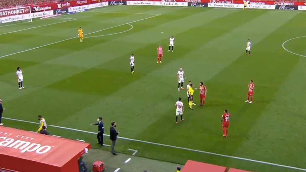Lo nunca visto: De Burgos Bengoetxea reanudó el partido porque había pitado un minuto antes el final.