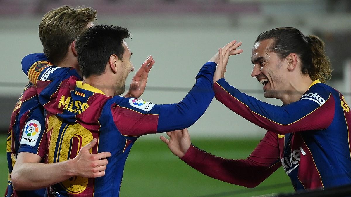 Griezmann celebra un gol con Messi y De Jong.