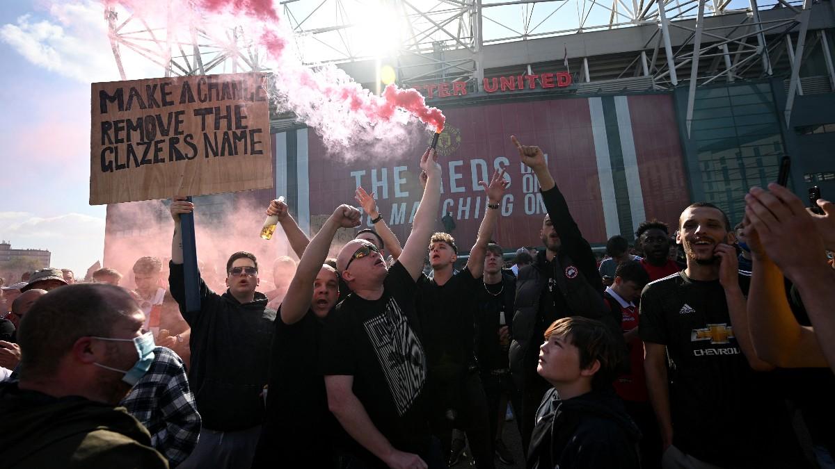 Aficionados del Manchester se manifiestan en Old Trafford. (AFP)
