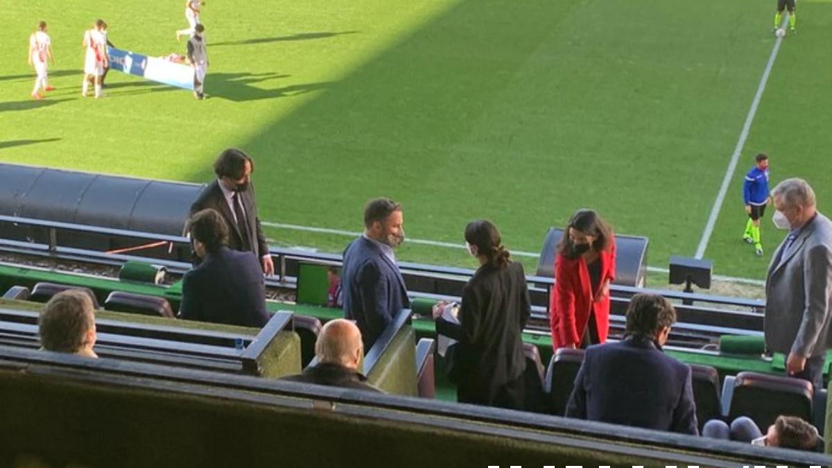Santiago Abascal y Rocío Monasterio, en el Estadio de Vallecas. (Imagen: Carrusel Deportivo)