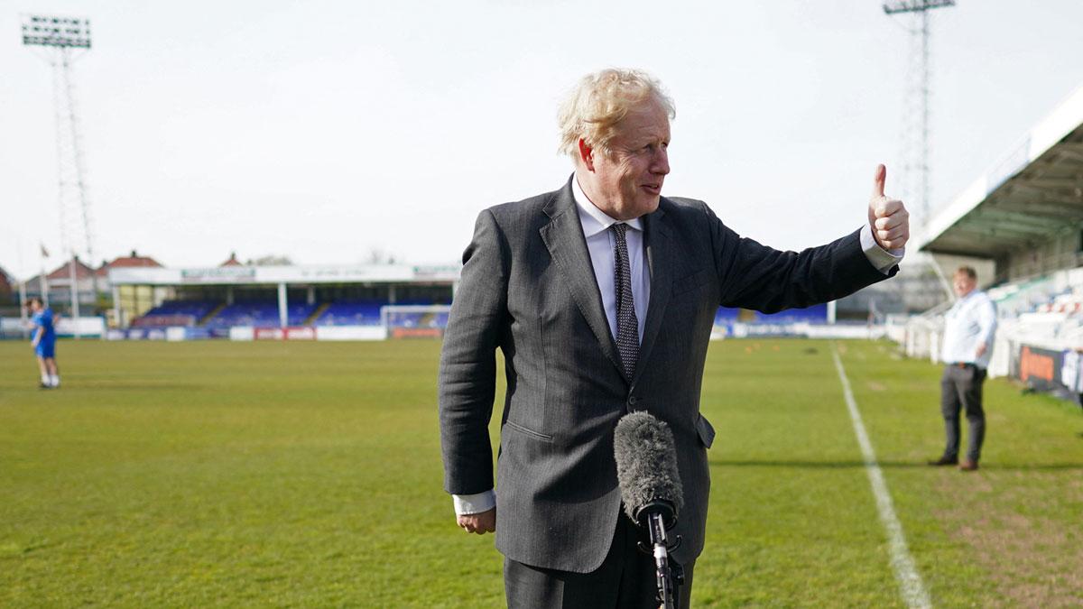 Boris Jonhson, en una visita reciente al Hartlepool United Football Club (AFP)