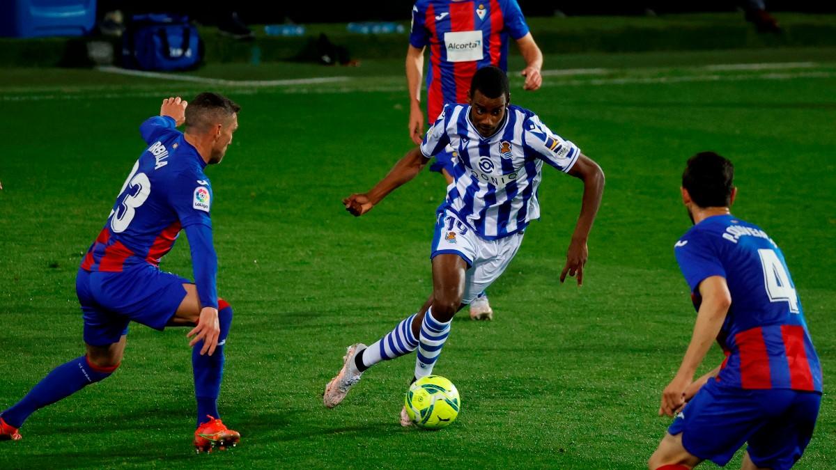 Isak, ante dos jugadores del Eibar. (EFE)