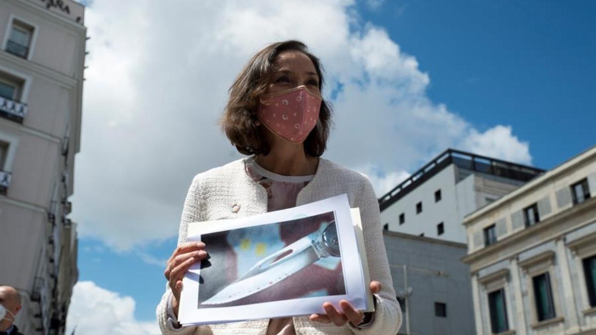 La ministra Reyes Maroto posa con la imagen de la navaja que le envió un individuo con esquizofrenia.