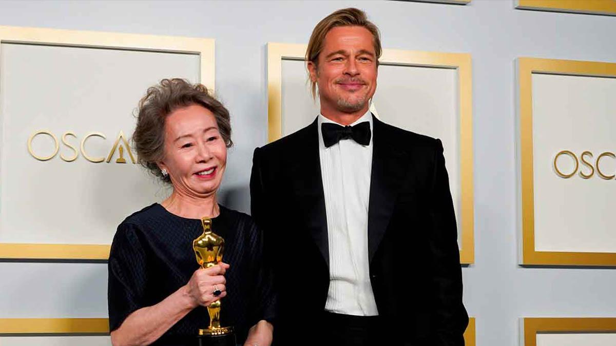 Yuh-Jung y Brad Pitt en la ceremonia de los Oscar ( Foto EFE)