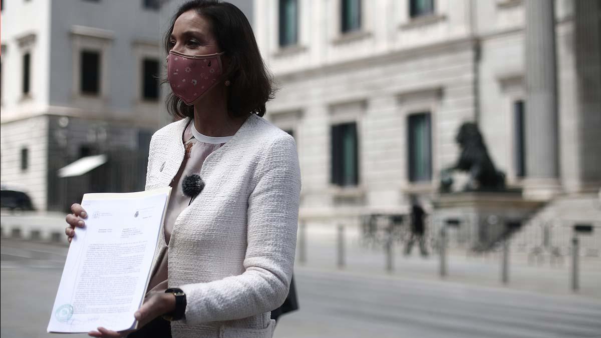 La ministra de Industria, Comercio y Turismo, Reyes Maroto, enseña la denuncia. Foto: EP