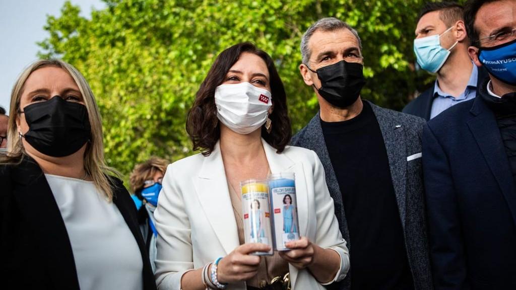 La presidenta de la Comunidad de Madrid, Isabel  Díaz Ayuso, posa con las velas.