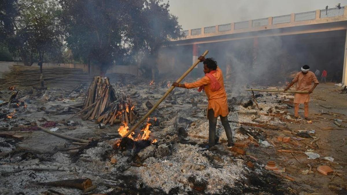 La difícil situación del covid en India ha obligado a montar crematorios callejeros.